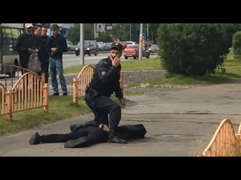 Мъж рани с нож 8 души в центъра на Сургут