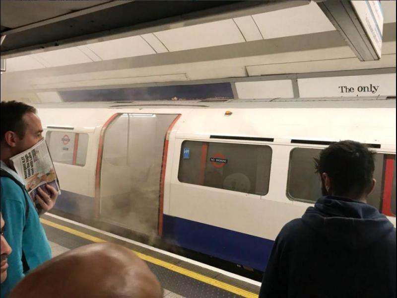 Паника в лондонското метро, мотриса се подпали на спирка в центъра на града - картинка 1