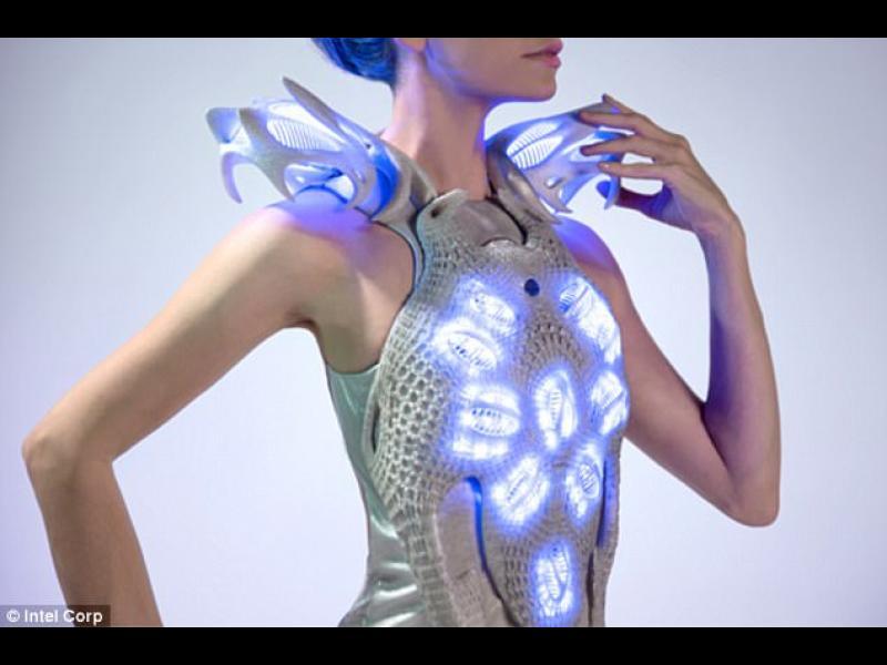 """Холандска дизайнерка създаде рокля с """"огледало"""" за емоциите"""