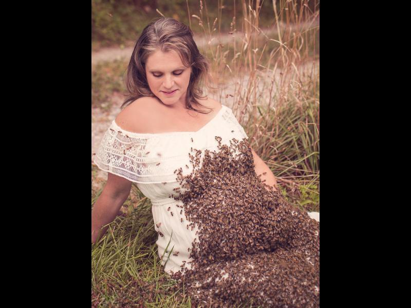 Бременна жена позира с десетки хиляди пчели, за да докаже, че не са страшни
