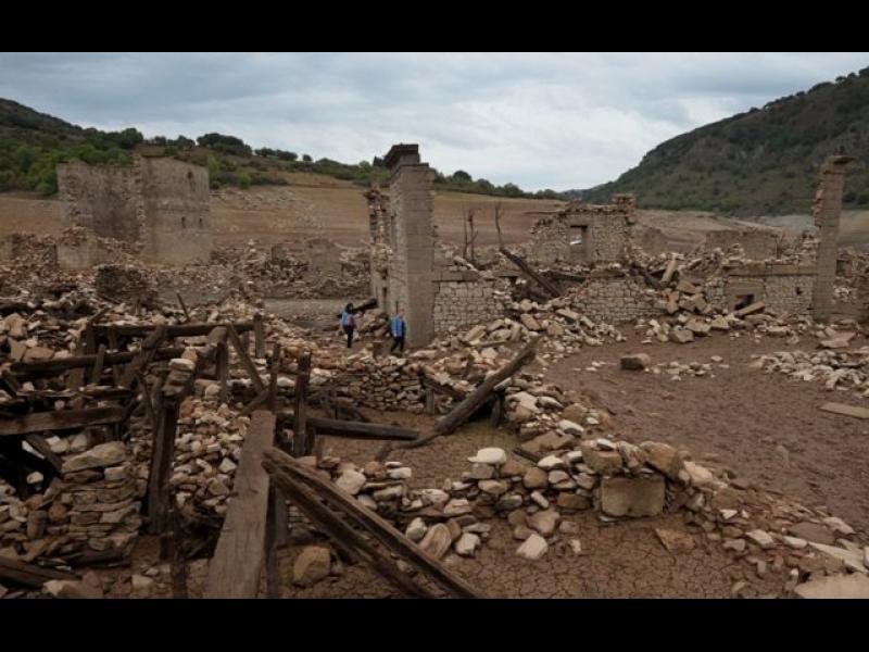 Потопено селище изплува от водите на язовир в Испания (ВИДЕО)