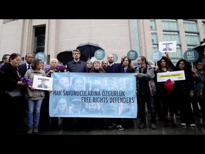 Съдът в Истанбул пусна под гаранция подписка осемте правозащитници