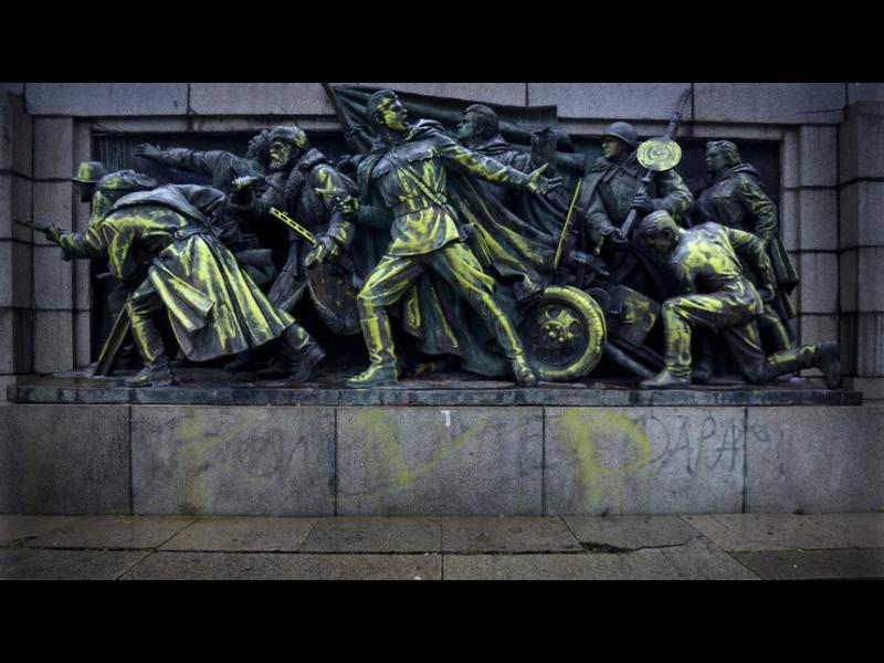 """Москва възмутена """"от вандалския акт"""" срещу Паметника на Съветската армия в София"""