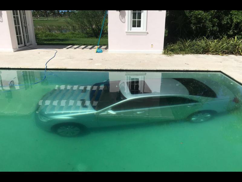 Модел потопи колата на бившия си в басейна, отказал й 50 000 долара
