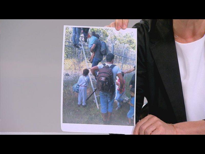 Йончева показа снимка, на която мигранти прескачат оградата на границата