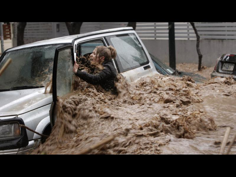Гърция в траур: Наводненията взеха 15 жертви, 8 души засега са безследно изчезнали - картинка 1