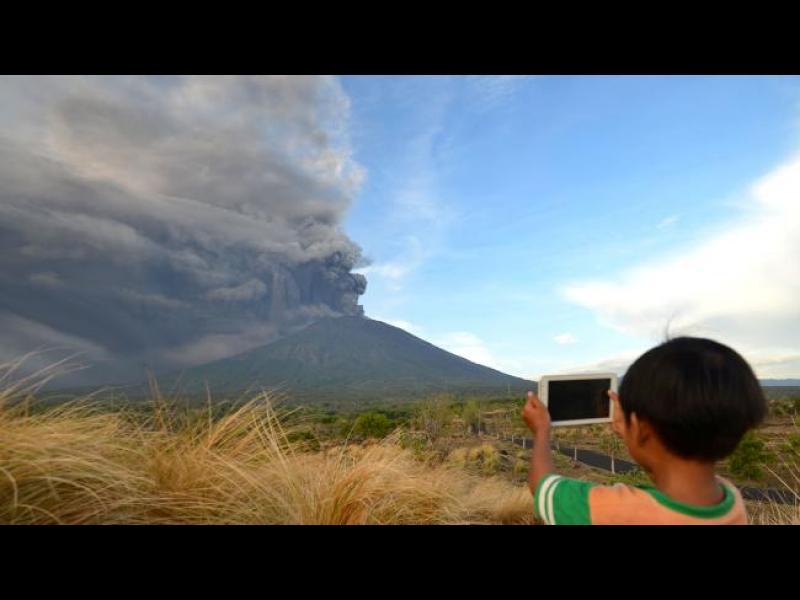Масова евакуация на остров Бали заради изригващия вулкан Агунг (СНИМКИ/ВИДЕО)