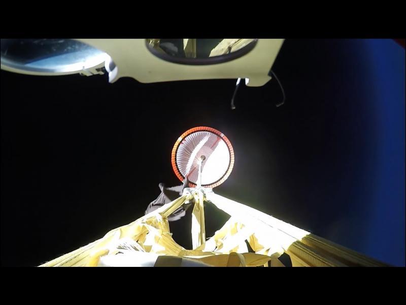 НАСА тества парашут за мисиите до Марс (ВИДЕО)