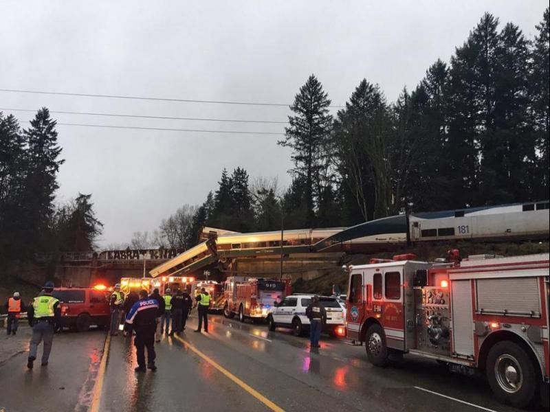 Влак дерайлира във Вашингтон, има загинали (СНИМКИ)