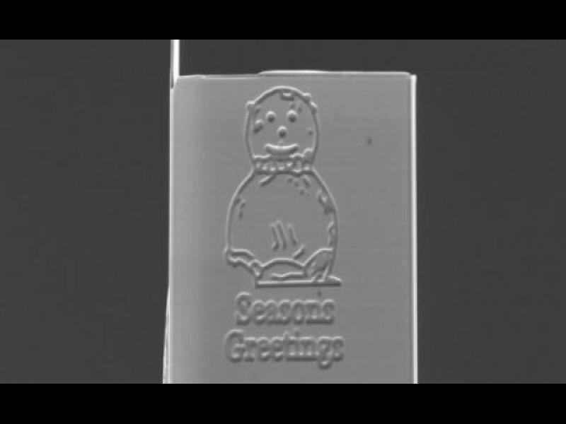 Британски учени създадоха най-малката коледна картичка в света