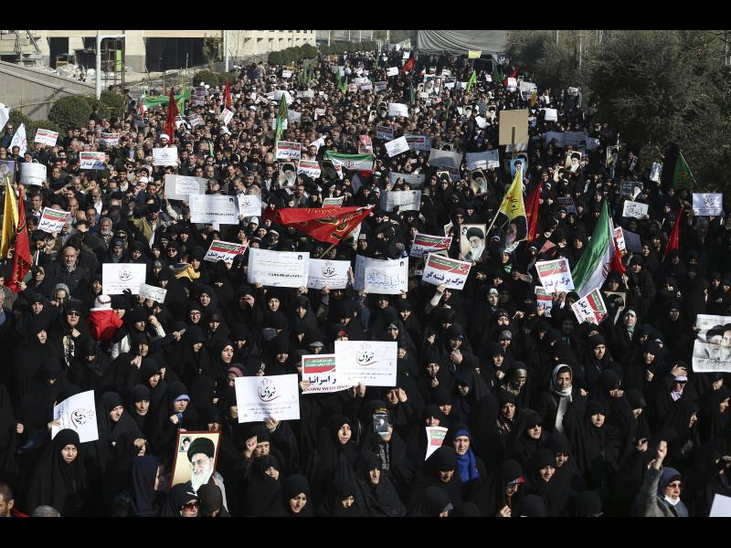 Защо протестиращите в Иран скандират името на шаха?