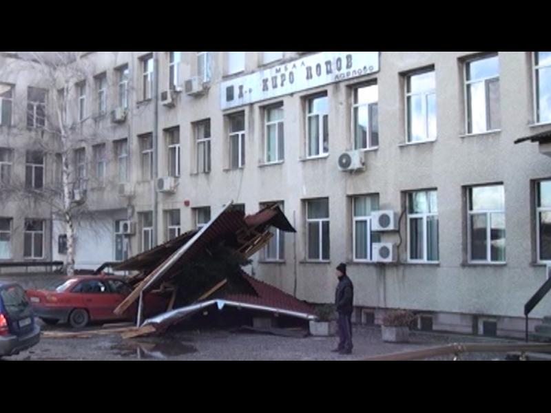 Бедствено положение в Карлово и Смолян заради ураганни ветрове