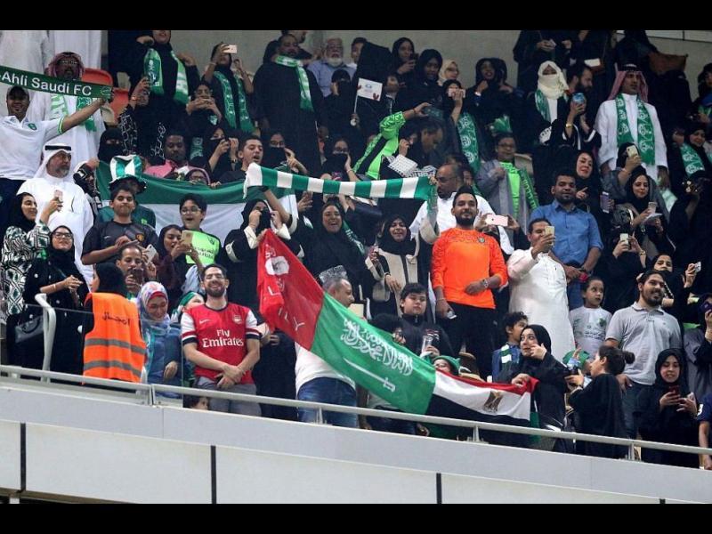 За първи път: Жени на стадиона в Саудитска Арабия (СНИМКИ)
