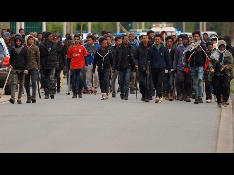 Масов бой между мигранти във френския град Кале (видео)