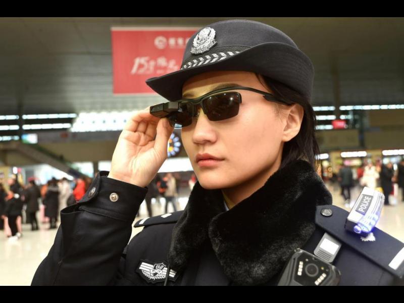 Китайските полицаи разпознават престъпниците със смарт очила
