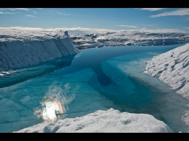 Гренландия буквално се пропуква и наводнява света