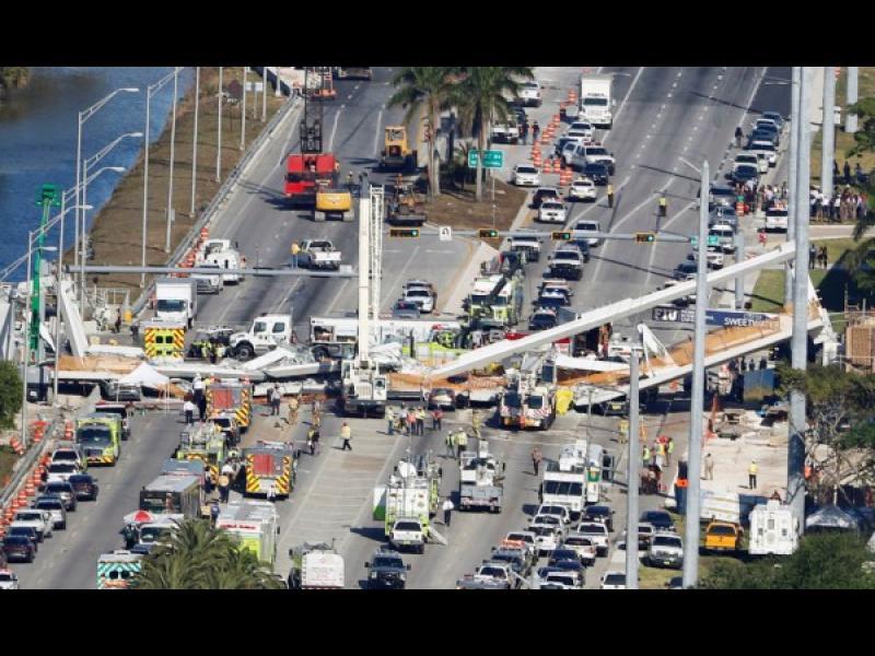 Пешеходен мост се срути във Флорида, има загинали