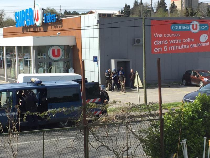 Въоръжен взе заложници в супермаркет във Франция