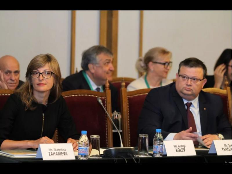 Цацаров vs Захариева: Позиция на целия кабинет ли е, че при ареста са прехвърлени границите - картинка 1