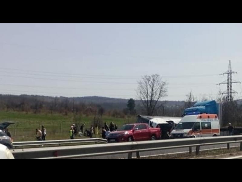 Шестима загинали и 20 ранени при катастрофа на автобус край Вакарел