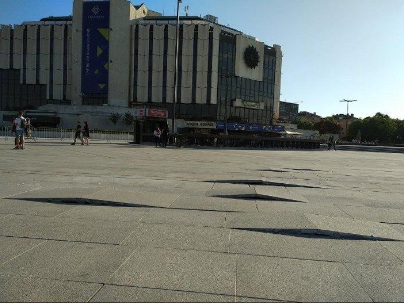 Новите плочки пред НДК не издържаха и до края на европредседателството - картинка 1
