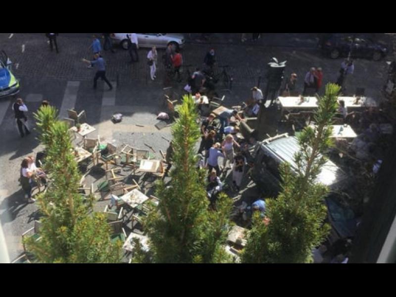 Товарен микробус се заби в заведение в Мюнстер, има загинали