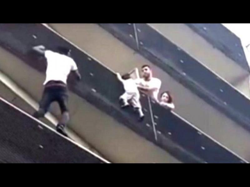 Имигрант от Мали спаси дете, висящо от 4-тия етаж в Париж (видео)