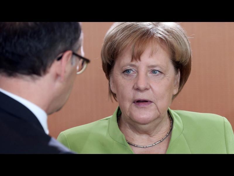 Меркел зове за по-големи военни разходи, социалистите пък искат по-ниски данъци