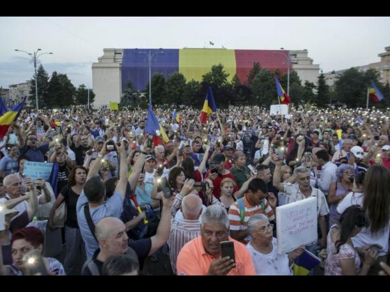 Хиляди протестират в Румъния заради промени в НПК и отстраняването на Лаура Кьовеши