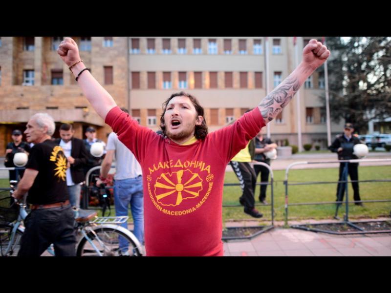 Предатели, крещяха македонци пред парламента в Скопие