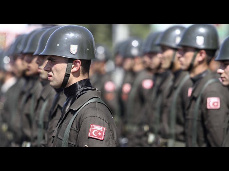 Задържаха 68 офицери от командването на сухопътни войски в Турция