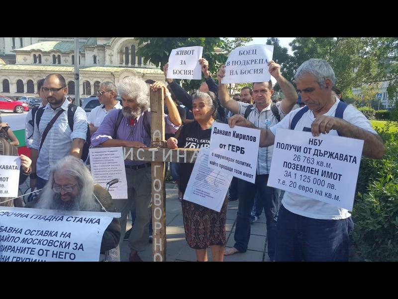 Ден 30-ти от гладната стачка на Босия. А купчината стари обувки пред парламента изчезна...