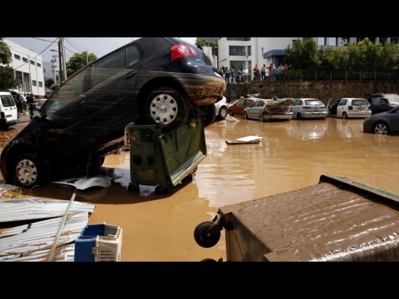 След пожарите, потоп в предградие на Атина