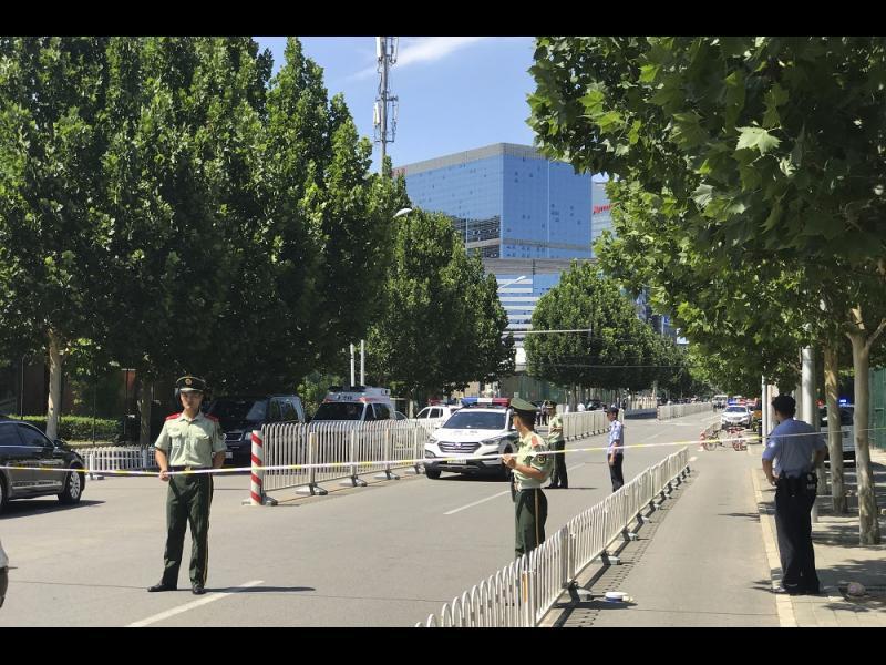 Самоделна бомба избухна пред посолството на САЩ в Пекин (СНИМКИ)