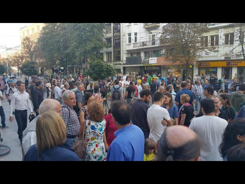 Граждани и журналисти протестираха пред Съдебната палата в защита свободата на словото
