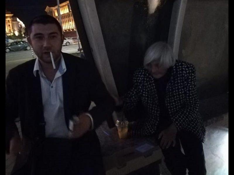 Пиян общински съветник от ВМРО наглее в метрото, рита багажа на бездомна жена