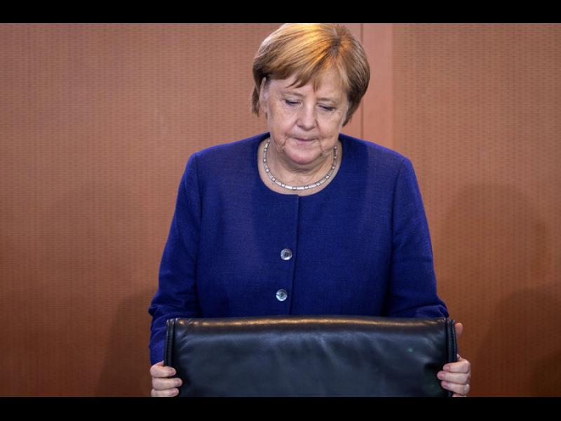 Песента на Меркел е изпята, обяви еврокомисар