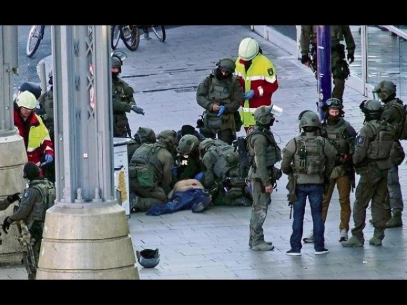 """Терористичен акт в Кьолн, мъж хвърли коктейл """"Молотов"""" в ресторант и все заложник"""