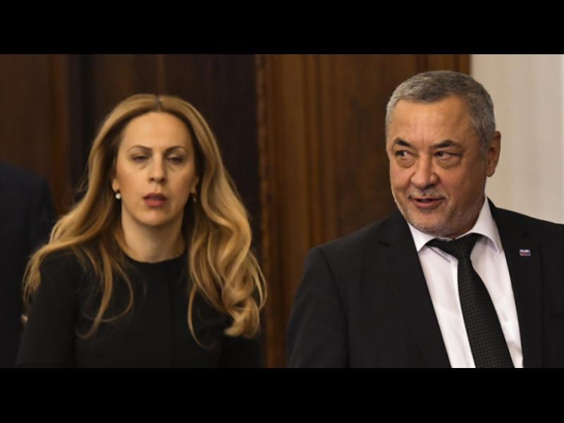 Дебатът за смяната на Симеонов минава в процедурни спорове и без Борисов