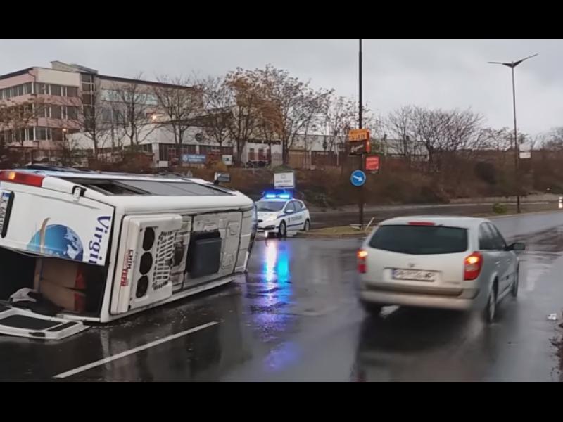 Микробус с работници се преобърна на изхода на Кърджали