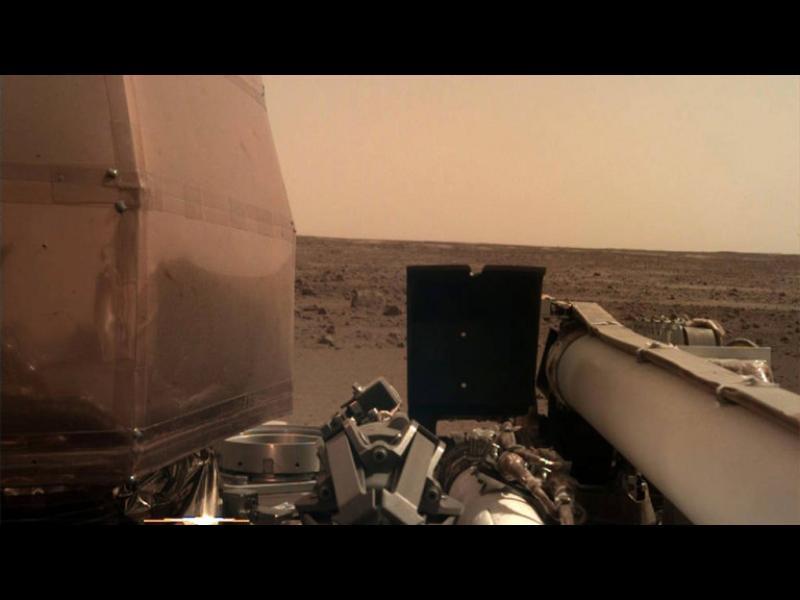 InSight кацна на Марс, изпрати първата си снимка
