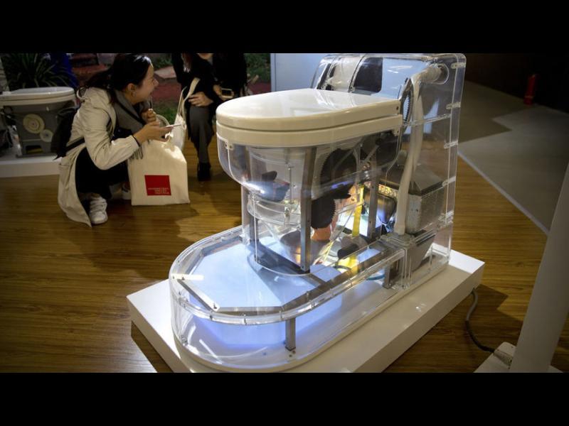 Бил Гейтс представи тоалетна, която не се нуждае от вода или канализация