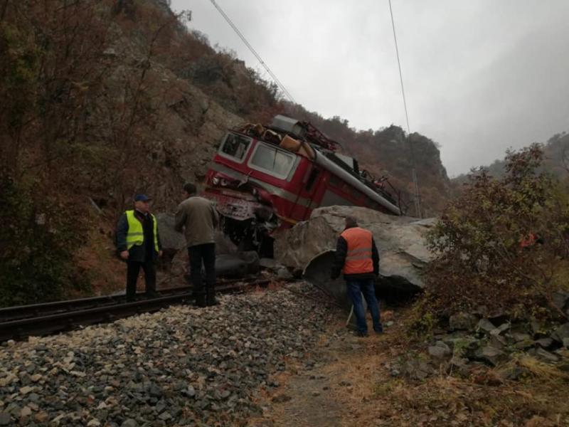 Осем са пострадалите след инцидента с дерайлиралия влак