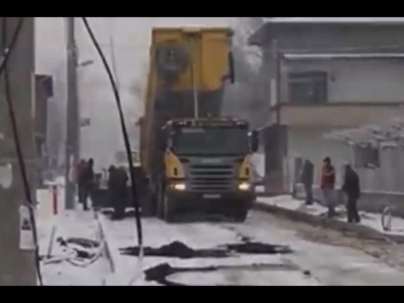 Шофьори бесни заради асфалтиране върху снега (ВИДЕО)