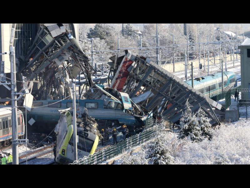 Деветима загинали и 47 ранени при катастрофа на високоскоростен влак в Турция