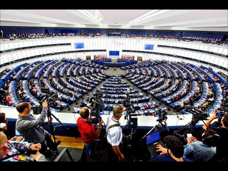 """Европарламентът одобри правилото """"пари срещу законност"""""""