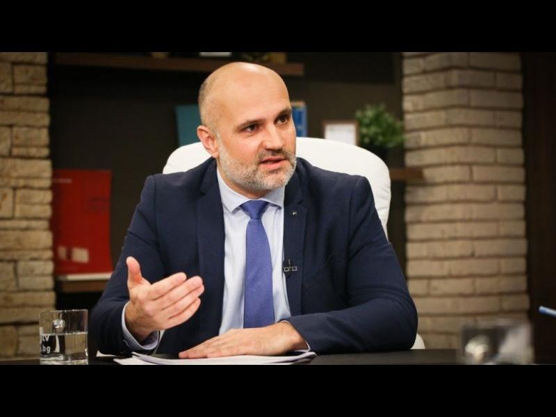 Ангелов от 'Ало, Банов съм' нахлул при шефа си с: 'Ще срутя всичко!' заради отхвърлени проекти и интереси над 80 млн. лева