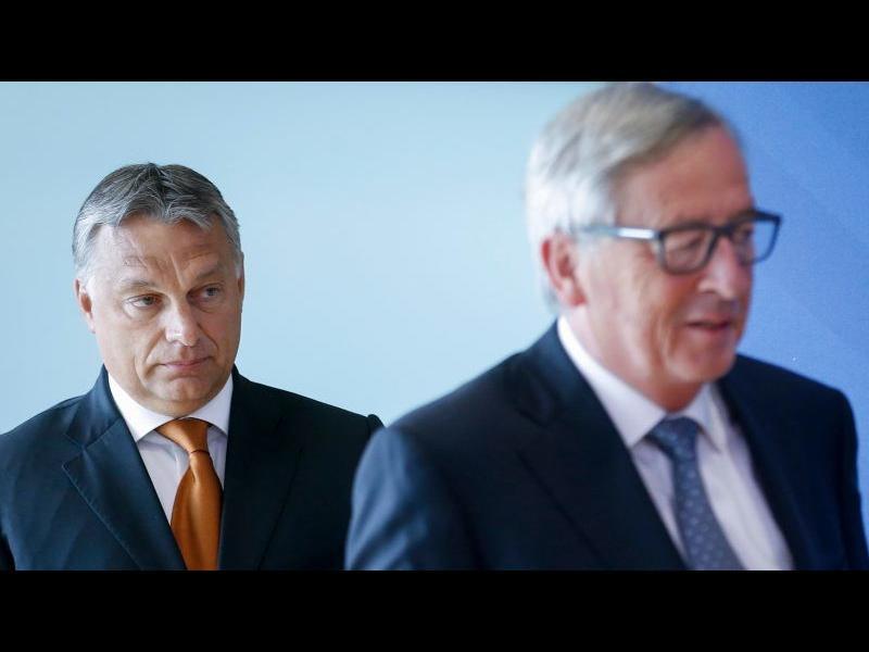 Юнкер съветва ЕНП да изключи Орбан