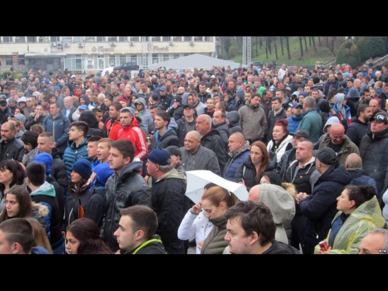 Арести и сблъсъци поддържат трети ден напрежението в Габрово - картинка 1