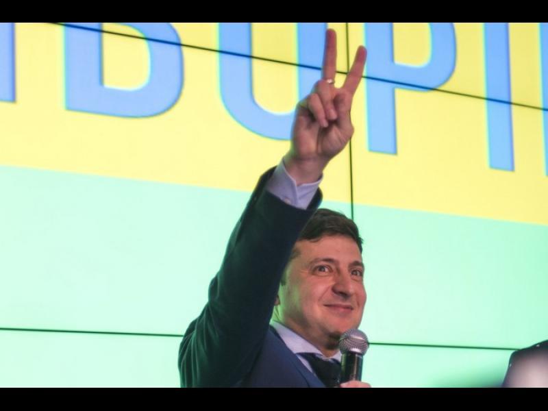 Зеленски, който е фаворит за президент на Украйна, обеща референдум за НАТО